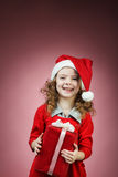 小女孩开放红色礼物盒 免版税库存照片
