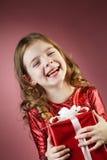 小女孩开放红色礼物盒 免版税库存图片