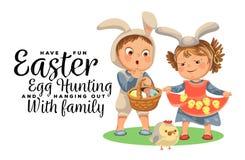 小女孩微笑举行在她的礼服鸡的,围裙的婴孩与室内天线头饰带,愉快的男孩复活节兔子面具 皇族释放例证