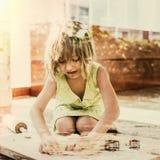 小女孩微笑烘烤曲奇饼概念 库存图片