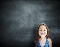 小女孩微笑的幸福拷贝空间黑板概念 库存照片