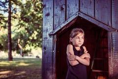 小女孩感觉的寒冷 免版税库存照片