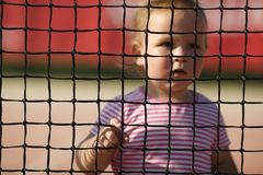 小女孩打网球 免版税库存图片