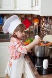 小女孩扮演厨师 免版税图库摄影