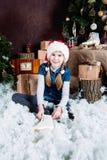 小女孩投入冰鞋 免版税库存照片