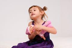 小女孩拥抱的玩偶 库存图片