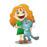 小女孩拿着在她的胳膊的猫 免版税图库摄影