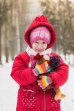 小女孩拿着长毛绒鸡 库存图片