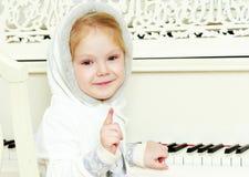 小女孩挥动笔 免版税库存照片