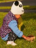 小女孩接触蘑菇 免版税图库摄影