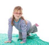 小女孩摆在 免版税库存照片