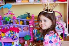 小女孩早晨,与玩具的戏剧 库存照片