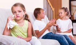 小女孩是异父母兄弟的嫉妒的姐妹 免版税库存照片