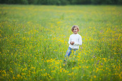 小女孩是愉快和使用 免版税库存照片