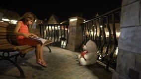 小女孩是阅读书坐长凳 影视素材