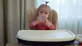 小女孩是饮用水 影视素材
