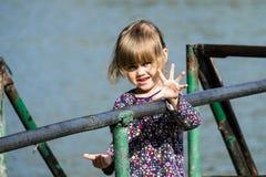 小女孩显示五个手指 免版税库存图片