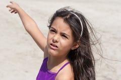 小女孩显示方向 免版税库存图片