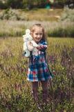 小女孩显示长毛绒野兔 免版税库存图片