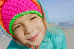 小女孩沿波罗的海岸走 免版税库存图片