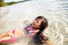 小女孩游泳在海运 图库摄影