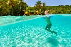 小女孩游泳在海洋 免版税库存照片