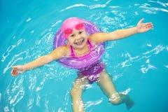 小女孩游泳 库存照片