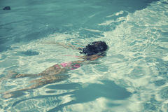 小女孩潜水入水池 免版税库存图片