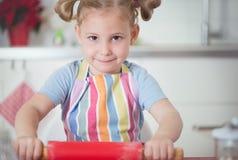 小女孩烘烤圣诞节曲奇饼在家 库存图片
