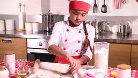 小女孩烘烤在厨房里在家 股票录像