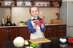 小女孩烹调从新鲜的成份的沙拉 免版税库存图片