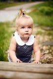 小女孩爬行 免版税库存图片