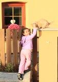 小女孩爱抚的猫 图库摄影
