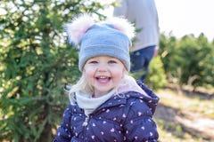 小女孩特写镜头获得乐趣在圣诞树农场在wint 库存照片