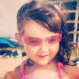 小女孩甜instagram特写镜头海滩的 免版税库存照片