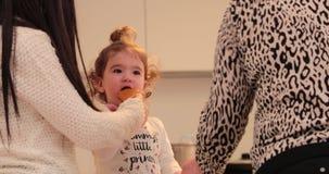 小女孩用一个曲奇饼在厨房里 股票视频
