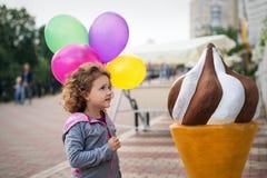 小女孩用冰淇凌在公园 免版税库存照片