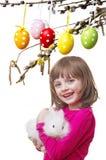 小女孩用她的兔子 免版税库存图片