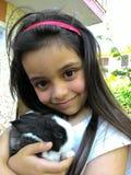 小女孩用她的兔子 免版税图库摄影