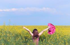 小女孩用手在草甸春天 免版税库存照片
