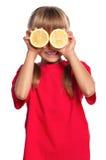 小女孩用柠檬 库存照片