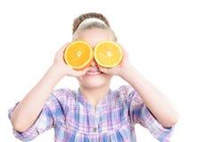 小女孩用桔子 免版税图库摄影