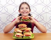 小女孩用汉堡包 图库摄影