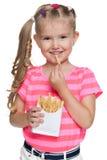小女孩用油炸物 免版税库存图片