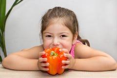 小女孩用胡椒 免版税图库摄影