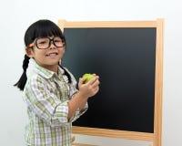 小女孩用苹果在手中 免版税库存图片