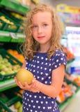 小女孩用苹果 免版税库存照片