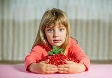 小女孩用野草莓, 库存图片