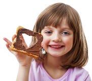 小女孩用面包用巧克力黄油 免版税库存照片
