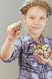 小女孩用鹌鹑蛋 免版税库存照片